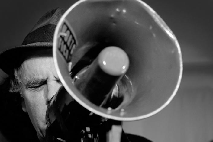 Express Brass Band Sänger mit Megaphon
